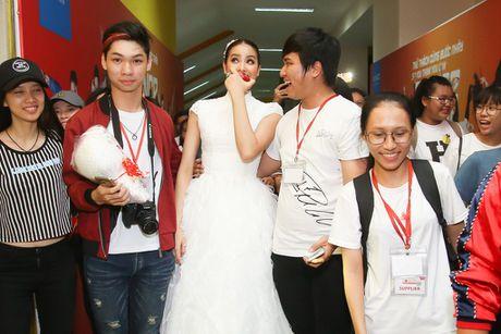 Pham Huong duoc fan vay quanh khi lam giam khao cuoc thi nhay - Anh 2