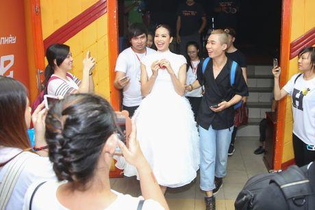 Pham Huong duoc fan vay quanh khi lam giam khao cuoc thi nhay - Anh 3