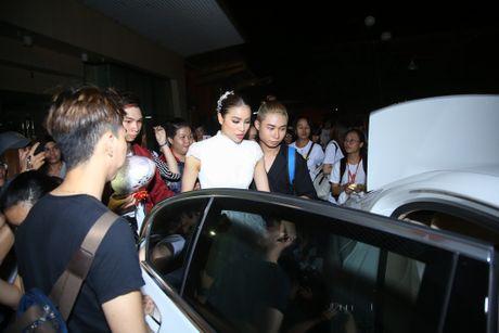 Pham Huong duoc fan vay quanh khi lam giam khao cuoc thi nhay - Anh 4