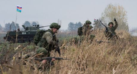 Chau Au rung dong tap tran song hanh Nga, NATO - Anh 1