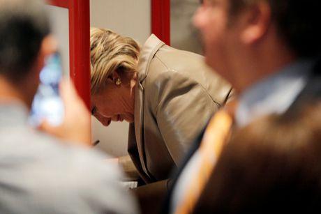Hillary va Bill Clinton tuoi cuoi di bo phieu o New York - Anh 3