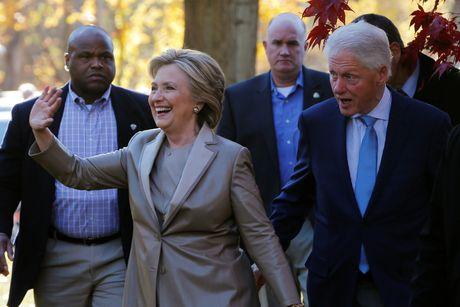 Hillary va Bill Clinton tuoi cuoi di bo phieu o New York - Anh 6