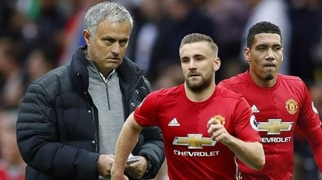 Cac tru cot MU ung ho Mourinho 'trung tri' Smalling, Shaw - Anh 1