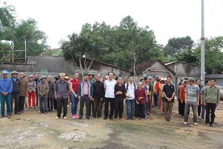 Bao VietNamNet tiep tuc trao 200 trieu dong den ba con vung lu - Anh 1