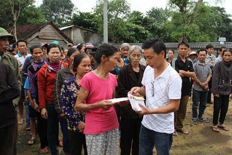 Bao VietNamNet tiep tuc trao 200 trieu dong den ba con vung lu - Anh 3