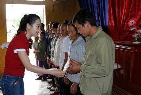 Bao VietNamNet tiep tuc trao 200 trieu dong den ba con vung lu - Anh 4
