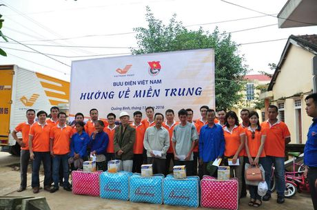 Buu dien Viet Nam huong ve mien Trung sau lu - Anh 1