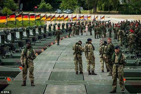 NATO bao dong 300.000 quan vi so Nga tan cong - Anh 1