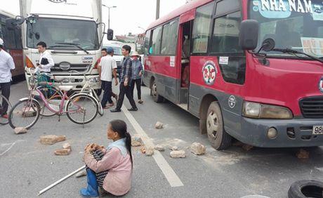 Nguoi dan mang gach da chan xe tren duong di Noi Bai - Anh 1