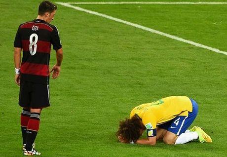 CAP NHAT toi 08/11: Phai co Bong vang rieng cho Messi. Oezil da xin loi Luiz trong tham hoa Maracana - Anh 5