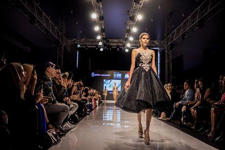 Huyen My lam vedette cho NTK Anh Thu tai Malaysia Fashion Week - Anh 10