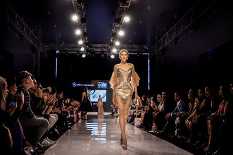 Huyen My lam vedette cho NTK Anh Thu tai Malaysia Fashion Week - Anh 11