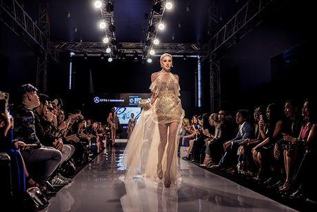 Huyen My lam vedette cho NTK Anh Thu tai Malaysia Fashion Week - Anh 12
