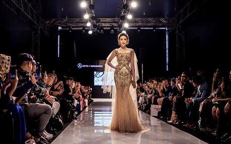 Huyen My lam vedette cho NTK Anh Thu tai Malaysia Fashion Week - Anh 1