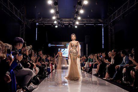 Huyen My lam vedette cho NTK Anh Thu tai Malaysia Fashion Week - Anh 3