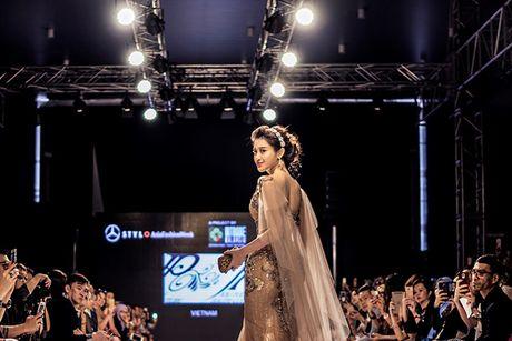 Huyen My lam vedette cho NTK Anh Thu tai Malaysia Fashion Week - Anh 4