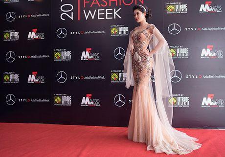 Huyen My lam vedette cho NTK Anh Thu tai Malaysia Fashion Week - Anh 5
