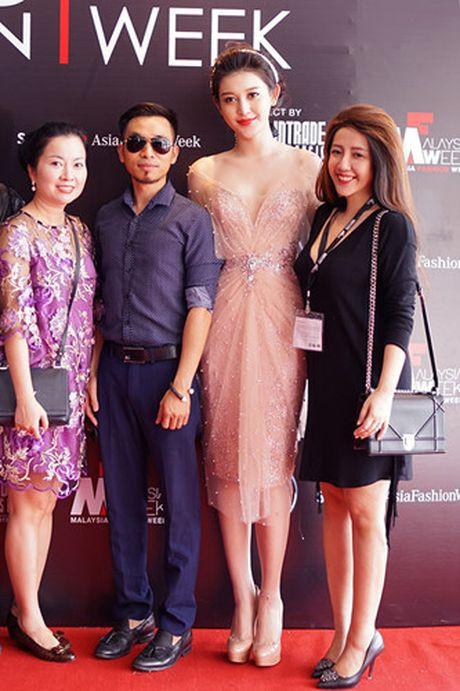 Huyen My lam vedette cho NTK Anh Thu tai Malaysia Fashion Week - Anh 7