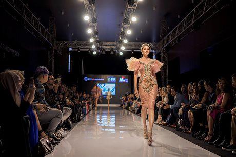 Huyen My lam vedette cho NTK Anh Thu tai Malaysia Fashion Week - Anh 8