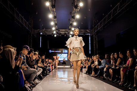 Huyen My lam vedette cho NTK Anh Thu tai Malaysia Fashion Week - Anh 9
