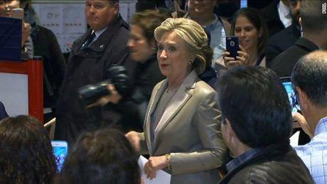 Ba Hillary Clinton va ong Donald Trum da bo phieu bau Tong thong My - Anh 15