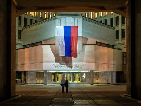 EU dua tat ca cac nghi sy Nga o Crimea vao danh sach den - Anh 1