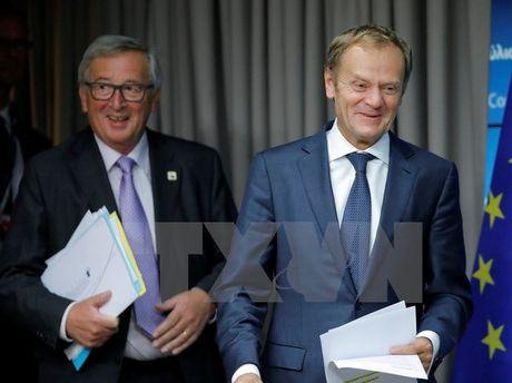 Hai quan chuc hang dau EU gui thu moi toi ong Donald Trump - Anh 1