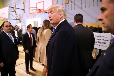 Donald Trump nhin trom xem vo co bo phieu cho minh? - Anh 1