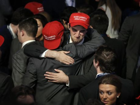 Nguoi ung ho Donald Trump phan kich, quyet uong say het minh mung chien thang - Anh 2