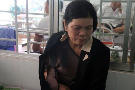Vu lat xe khach: 'Con toi mang bau khong biet dua con ra sao!' - Anh 1
