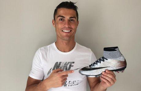 Cristiano Ronaldo co them hop dong cuc khung - Anh 1