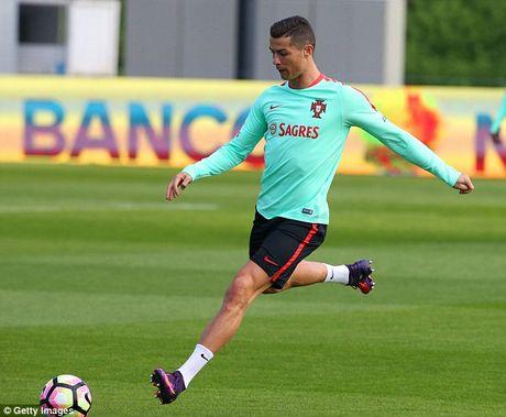 Cristiano Ronaldo co them hop dong cuc khung - Anh 2