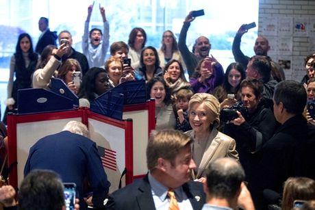 Bat ngo cuc ky thu vi khi Hillary va Trump di bo phieu - Anh 1