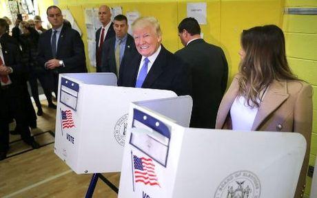 Bat ngo cuc ky thu vi khi Hillary va Trump di bo phieu - Anh 2