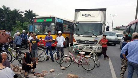 Vu chan duong len Noi Bai: Tang cuong dam bao an toan giao thong - Anh 1