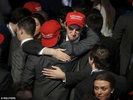 Nguoi ung ho khoc cuoi cung Trump va Clinton - Anh 1