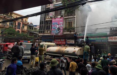Quang Ninh: Cua hang ban thuc pham sach bi lua thieu rui - Anh 1