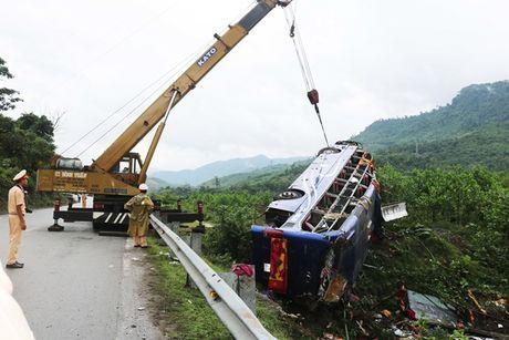 Vu lat xe khach o Quang Nam: Me gao khoc tim con trong hoang loan - Anh 1