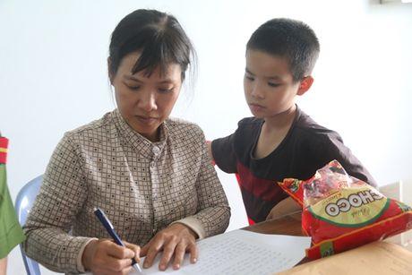 Vu lat xe khach o Quang Nam: Me gao khoc tim con trong hoang loan - Anh 2