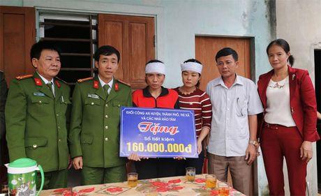Trao tang so tiet kiem tri gia 160 trieu dong cho than nhan dong chi Thieu uy Nguyen Ba Cuong - Anh 1