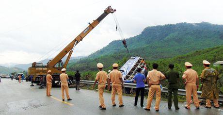 Hien truong vu xe khach lao xuong vuc khien 2 nguoi chet o Quang Nam - Anh 5
