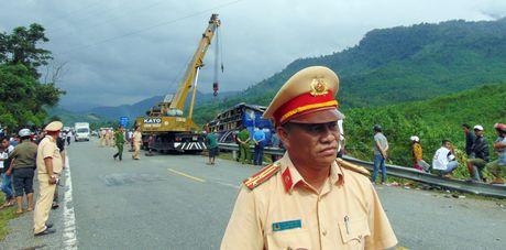 Hien truong vu xe khach lao xuong vuc khien 2 nguoi chet o Quang Nam - Anh 6