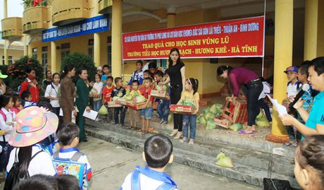 Chuyen hoc o vung ron lu Huong Khe - Anh 1
