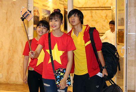 "Den Can Tho, HLV Huu Thang, Cong Phuong bi fan nu ""bua vay"" - Anh 10"