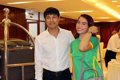 "Den Can Tho, HLV Huu Thang, Cong Phuong bi fan nu ""bua vay"" - Anh 11"
