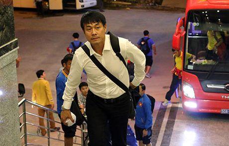 "Den Can Tho, HLV Huu Thang, Cong Phuong bi fan nu ""bua vay"" - Anh 1"