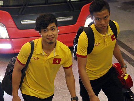 "Den Can Tho, HLV Huu Thang, Cong Phuong bi fan nu ""bua vay"" - Anh 3"