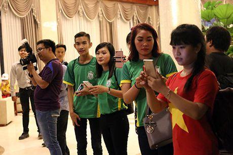 "Den Can Tho, HLV Huu Thang, Cong Phuong bi fan nu ""bua vay"" - Anh 4"