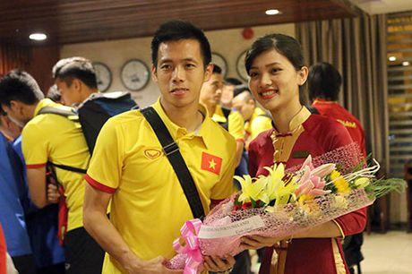 "Den Can Tho, HLV Huu Thang, Cong Phuong bi fan nu ""bua vay"" - Anh 5"