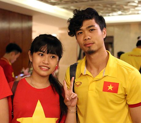 "Den Can Tho, HLV Huu Thang, Cong Phuong bi fan nu ""bua vay"" - Anh 6"